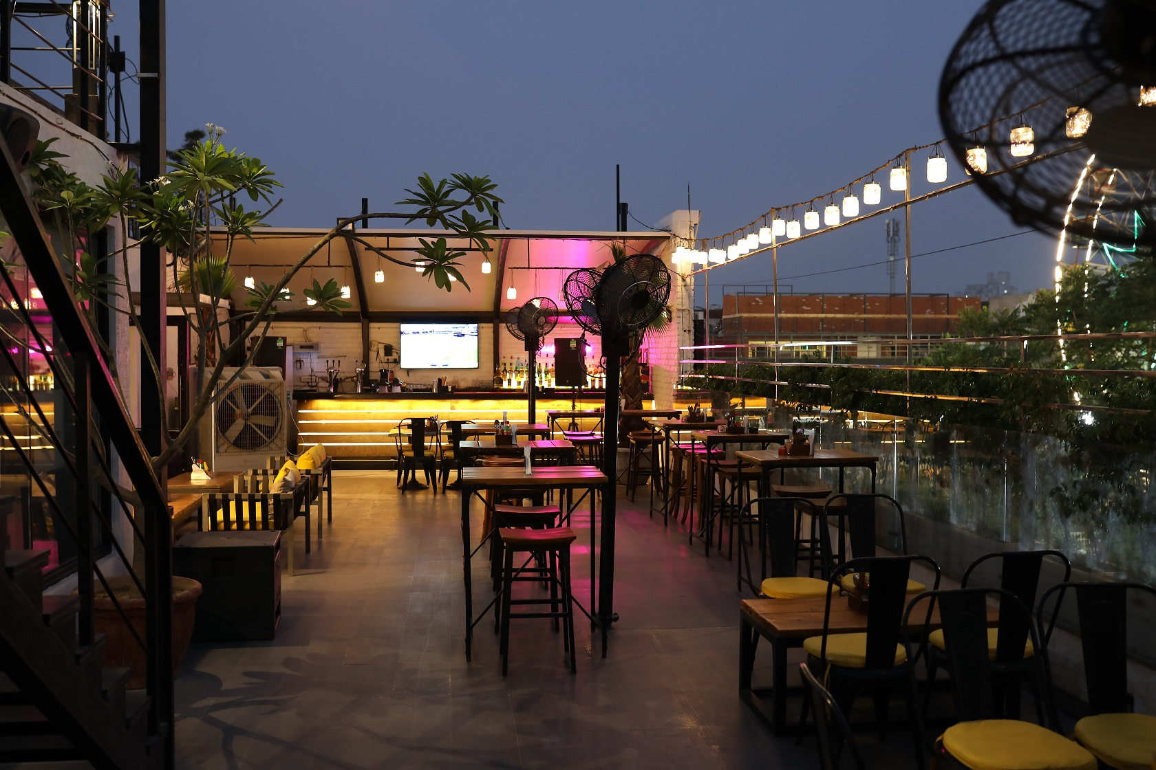 TOP 5 Pubs and Bars In Gurgaon